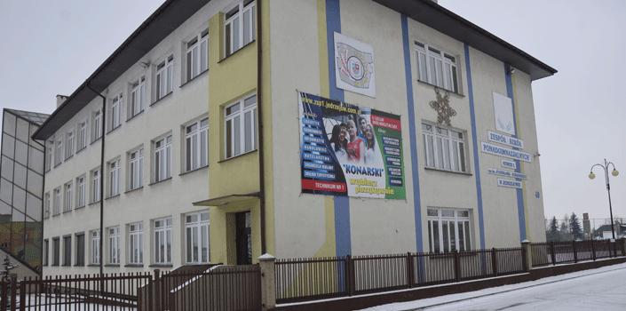 Szkołom ponadgimnazjalnym powiatu jędrzejowskiego daleko do krajowego poziomu